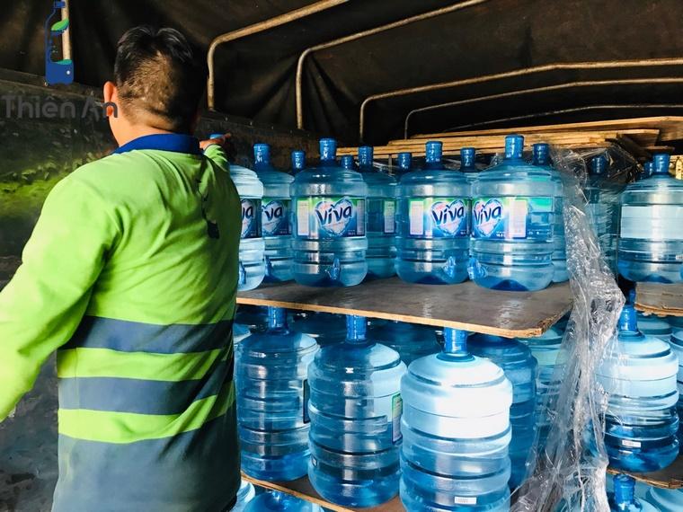 Nhập hàng bình nước Lavie Viva tại kho 196 Tôn Thất Thuyết, phường 3, Quận 4, Hồ Chí Minh