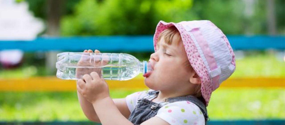 Có nên cho bé uống nước Lavie